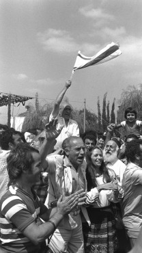 """ישראלים חוגגים את שובם של חטופי המטוס באנטבה בנמל התעופה בן-גוריון, 4.7.1976 (צילום: סער יעקב, לע""""מ)"""