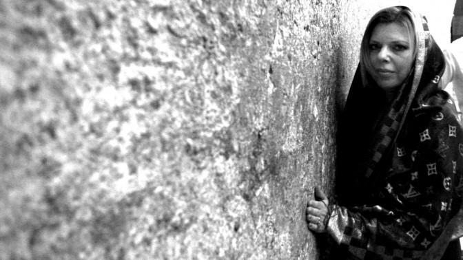 """אשת ראש ממשלת ישראל, שרה נתניהו, בביקור במקום קדוש (צילום: יוסי זמיר. עיבוד: """"העין השביעית"""")"""