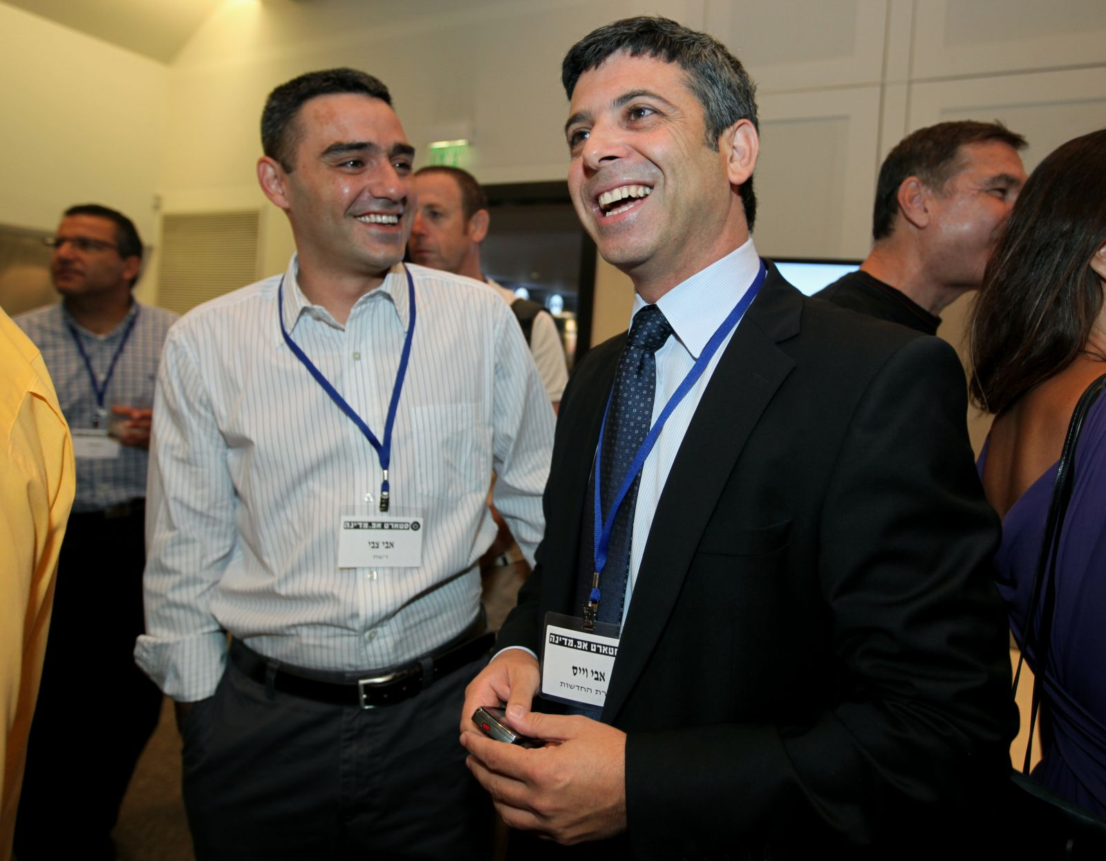 """מנכ""""ל חברת החדשות של ערוץ 2 אבי וייס (מימין) עם מנכ""""ל הזכיינית רשת אבי צבי, יולי 2009 (צילום: משה שי)"""