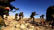 חיילים ישראלים מסתערים במדבר, סמוך לעיר ערד. 16.1.07 (צילום: אביר סולטן)
