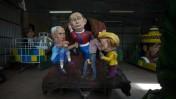 """בובות של נשיא רוסיה ולדימיר פוטין, קנצלרית גרמניה אנגלה מרקל וראש ממשלת ישראל בנימין נתניהו על גבי הר געש מלאכותי, לקראת הצגתן בתהלוכת פורים, ה""""עדליאדע"""" בחולון, 10.2.14 (צילום: יונתן זינדל)"""