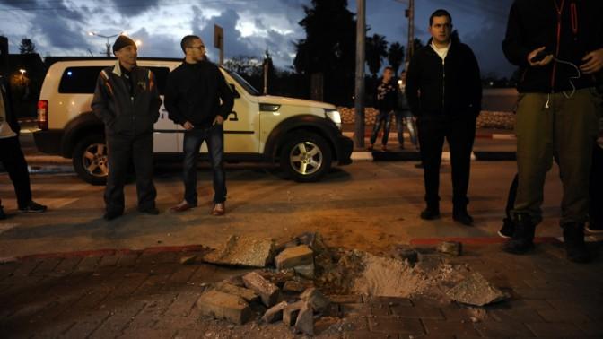 חור שנפער באדמה כתוצאה מנפילת רקטה שנורתה מרצועת עזה אל תוך שטח ישראל, שדרות, 12.3.14 (צילום: פלאש 90)