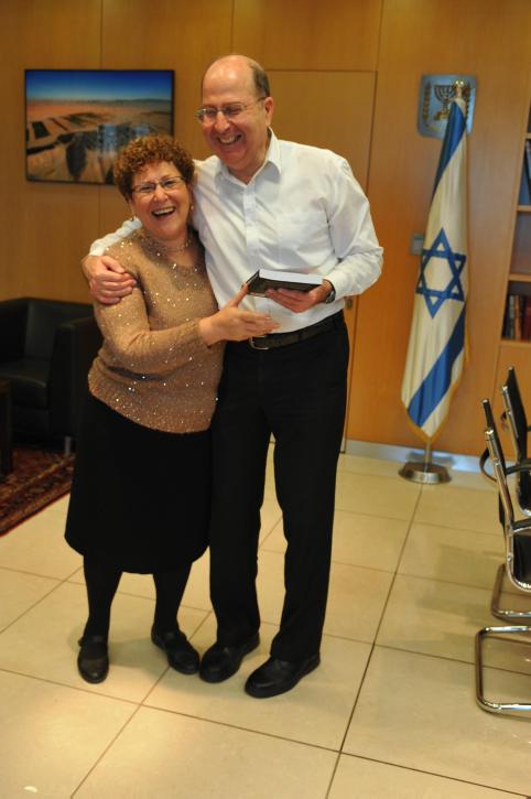 שר הביטחון משה יעלון נפגש עם האם השכולה מרים פרץ, 20.3.14 (צילום: שרון מינץ, משרד הביטחון)