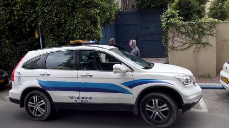 מכונית משטרה מחוץ לביתו של שר האנרגיה והמים סילבן שלום, 25.3.14 (צילום: גדעון מרקוביץ)