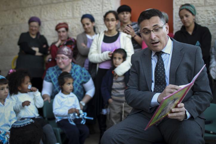 שר הפנים גדעון סער מקריא סיפור לילדי גן שנחנך בבית-אל, 26.3.14 (צילום: הדס פרוש)