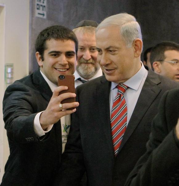 """ראש הממשלה בנימין נתניהו מצטלם עם משתתף בסדנת """"מסע"""" בכנסת, 30.3.14 (צילום: דני מרון)"""