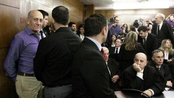 ראש הממשלה לשעבר אהוד אולמרט (משמאל) באולם בית-המשפט המחוזי בתל-אביב, לקראת הכרעת הדין בפרשת הולילנד, 31.3.14 (צילום: עידו ארז)