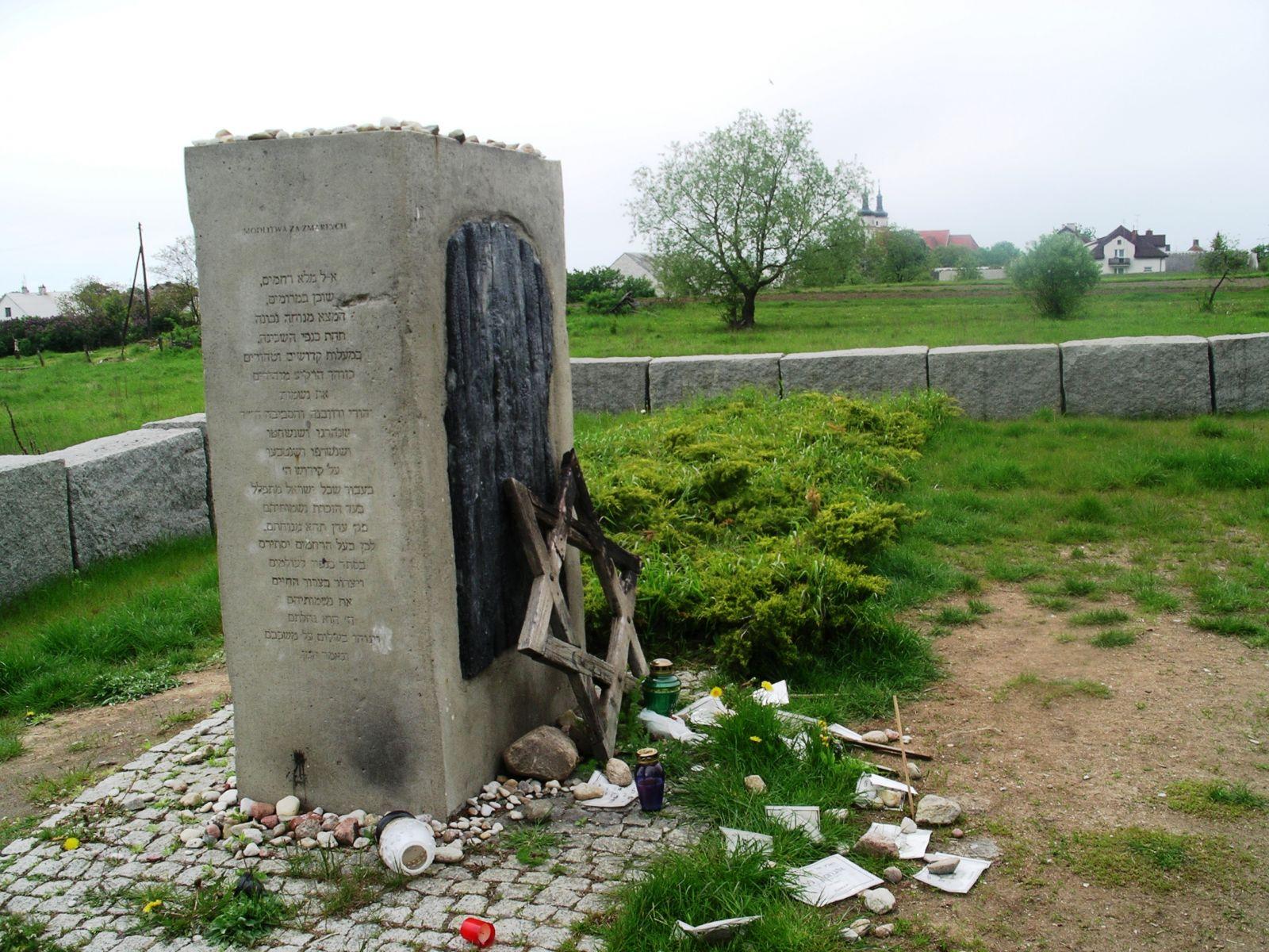 """אנדרטת הזיכרון הישנה בידוובנה, שהוקמה ב-2001, עם היוודע דבר הטבח, במקום שבו עמד האסם. נחרטו עליה בעברית """"קדיש"""" והכיתוב """"לזכר יהודי ידוובנה והסביבה, גברים נשים וטף אשר ישבו איתנו על האדמה הזאת ונרצחו ונשרפו חיים במקום זה ב-10 ביולי 1941"""""""