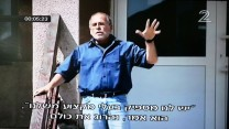 """חיים הכט בסרט """"שני אסמים"""", בפתח בניין מועצת העיר ידוובנה, פולין"""