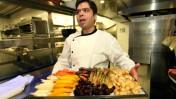 """השף רפי כהן במטבח מסעדת """"רפאל"""" בתל-אביב, 2012 (צילום: משה שי)"""