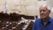 דני קרוון במליאת הכנסת, על רקע התבליט שיצר, 11.7.13 (צילום: יונתן זינדל)