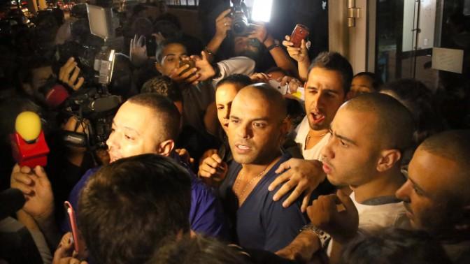 הזמר אייל גולן עם מעריצים מחוץ למלון בו התאכסן לאחר ששוחרר ממעצר בית בעת חקירתו בחשד לבעילת קטינות והדחתן לסמים, 25.11.13 (צילום: גדעון מרקוביץ)