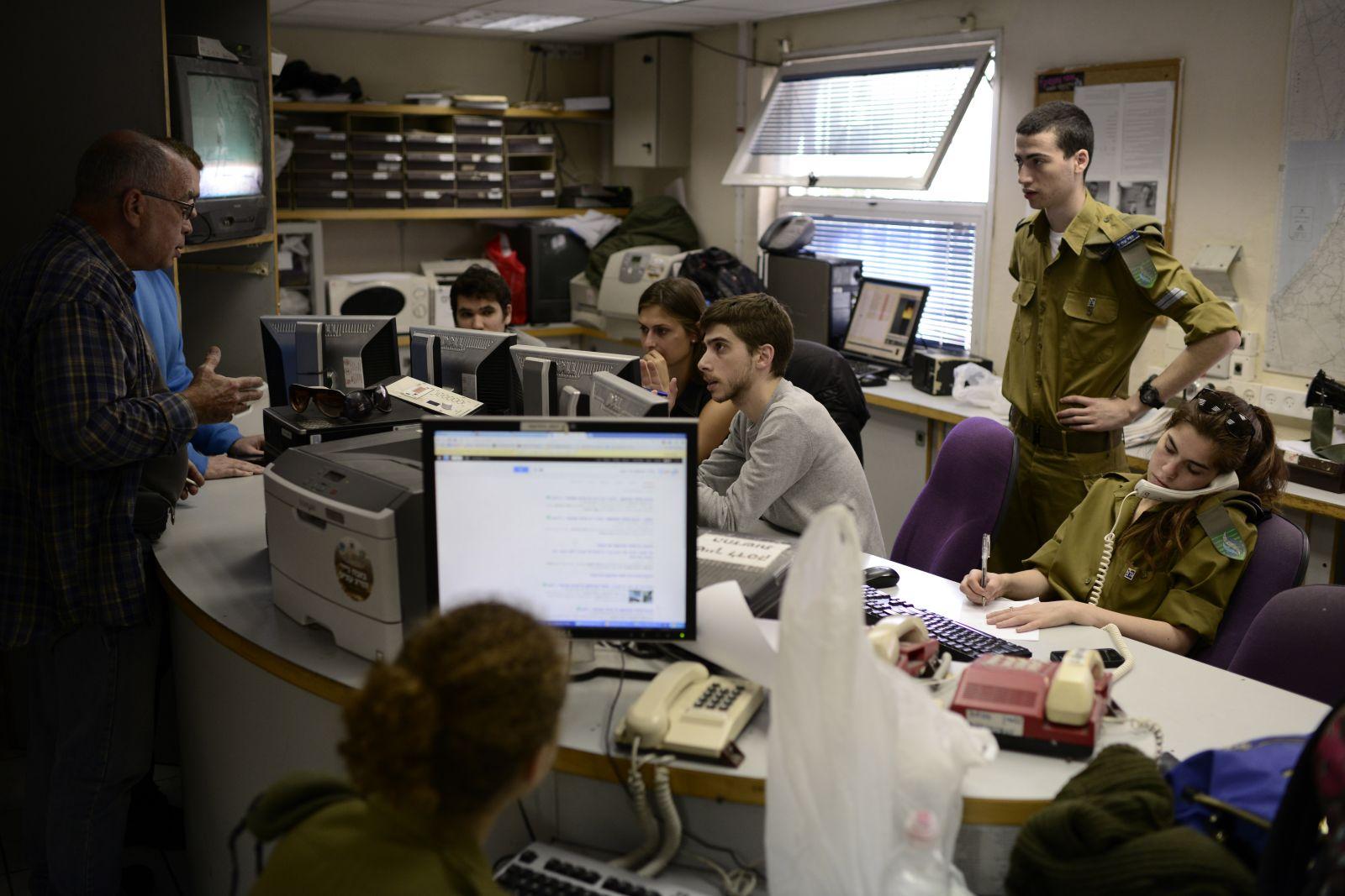 """חיילים באולפן גלי-צה""""ל, 2014. למצולמים אין קשר לכתבה (צילום: תומר נויברג)"""