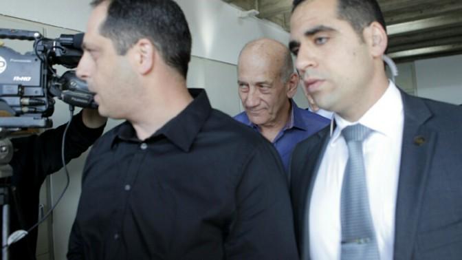 ראש הממשלה לשעבר אהוד אולמרט מגיע לבית המשפט המחוזי בתל-אביב לשמיעת פסק דינו במשפט הולילנד, 31.3.14 (צילום: דרור עינב)