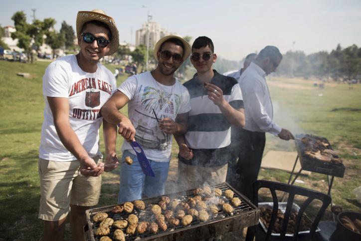 ישראלים חוגגים את המימונה, גן סאקר בירושלים, 22.4.14 (צילום: יונתן זינדל)
