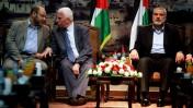 בכיר חמאס מוסא אבו-מרזוק (משמאל) ובכיר פתח עזאם אל-אחמד משוחחים במהלך פגישה בעזה. מימין: ראש ממשלת חמאס איסמעיל הנייה, 22.4.14 (צילום: עבד רחים כתיב)
