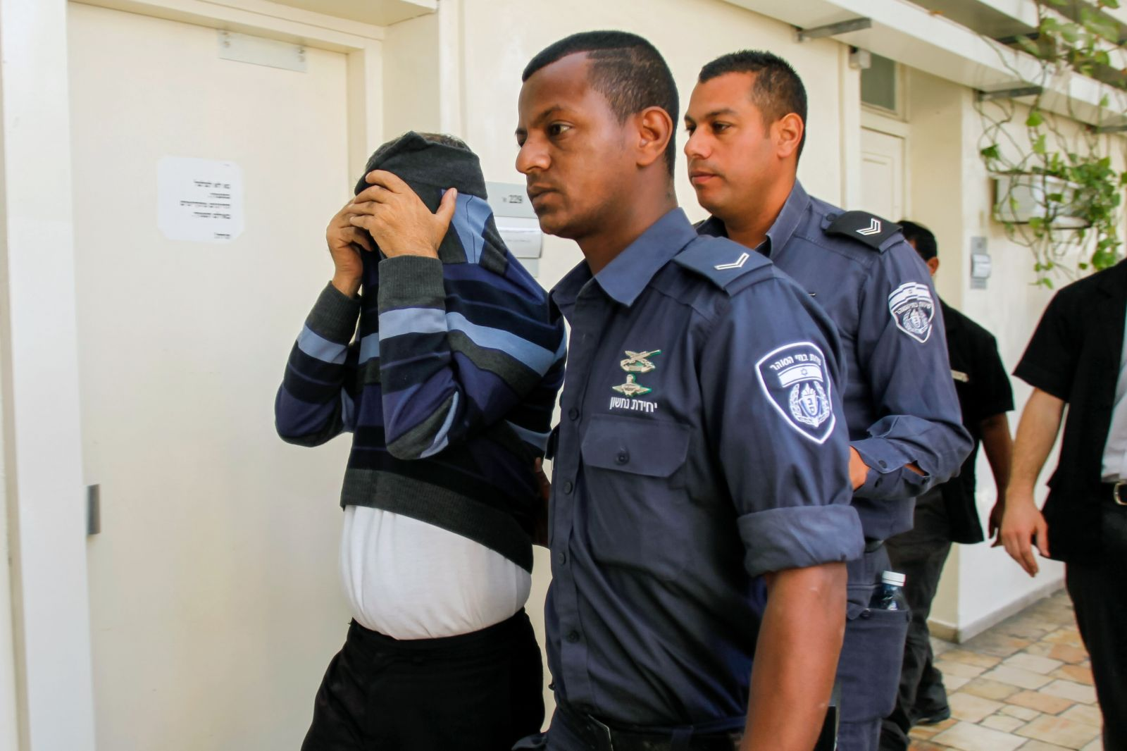 אילן שמואל, נהג ראש הממשלה לשעבר, מובא לבית-המשפט לדיון בחשדות כי ביצע עבירות מין בקטינות (צילום: פלאש 90)