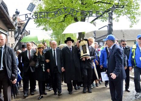 נשיא בית-המשפט העליון אשר גרוניס, הרב מאיר לאו ואישי ציבור נוספים באושוויץ, אתמול (צילום: יוסי זמיר)