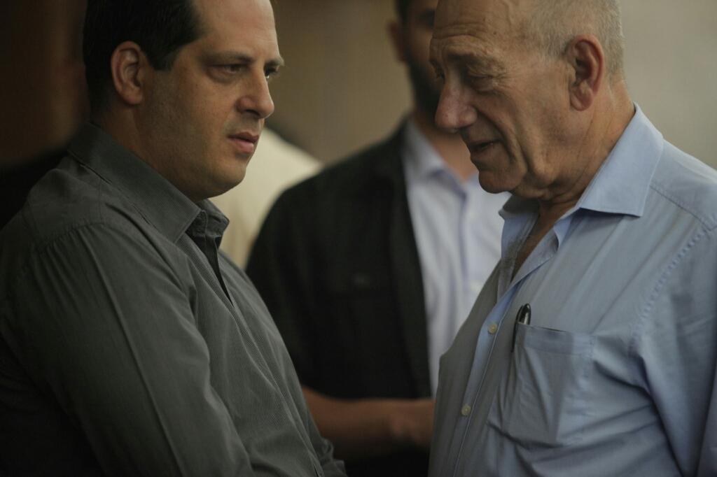 אהוד אולמרט ויועץ התקשורת שלו, אמיר דן, אתמול בבית-המשפט (צילום: דרור עינב)
