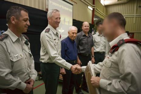 """מפקד סיירת מטכ""""ל מקבל ציון לשבח, 29.4.14 (צילום: גדי ימפל, דובר צה""""ל)"""