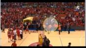 סופוקליס שחורציאניטיס מתקיף אוהד הפועל תל-אביב, מתוך סרטון בעל פסקול שנוי במחלוקת ששודר בערוץ הספורט