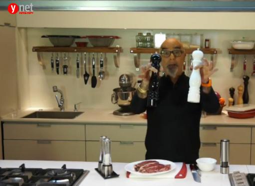 השף ישראל אהרוני ממליץ בפני הגולשים על מטחנות מתוצרת חברת פז'ו (צילום מסך)