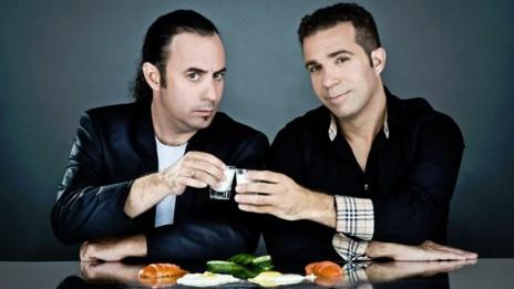 שדרני הרדיו הראל סלוצקי (משמאל) ועופר דומינגז בכרזה פרסומית לתוכניתם ברדיו תל-אביב