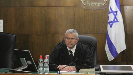 השופט דוד רוזן לאחר הכרעת הדין במשפט הולילנד, בית-המשפט המחוזי תל-אביב–יפו, 31.3.14 (צילום: עידו ארז)