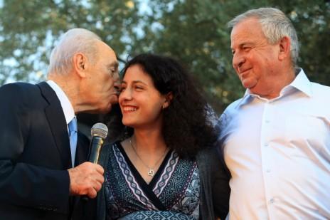 מימין: אבי טויבין, יסמין פיינגולד ושמעון פרס בבית הנשיא בירושלים, בטקס הענקת אות הוקרה לטויבין, 24.6.2009 (צילום: קובי גדעון)