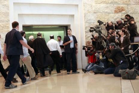 עיתונאים מחכים מחוץ לאולם בית-המשפט העליון להכרעת דינו של הנשיא לשעבר משה קצב, 10.11.11 (צילום: אורי לנץ)