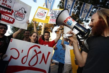 """עובדי """"מעריב"""" מפגינים מחוץ לבית ראש הממשלה בירושלים, 3.10.12 (צילום: מרים אלסטר)"""