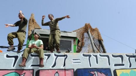חיילים חוגגים את חג הפורים בחברון, 16.3.14 (צילום: מנדי הכטמן)
