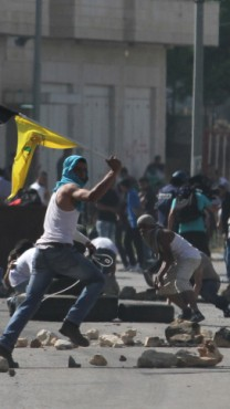 הפגנה מול כלא עופר, 16.5.14 (צילום: עיסאם רימאווי)