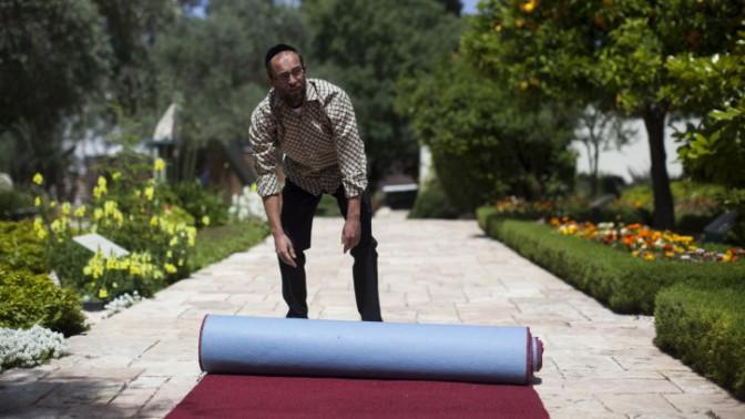 מכינים את השטיח האדום בבית הנשיא, לקראת ביקורו של האפיפיור, 22.5.14 (צילום: יונתן זינדל)
