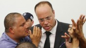 אלון חסן עם עורך-דינו. בית-משפט השלום בפתח-תקווה, 27.5.14 (צילום: רוני שיצר)
