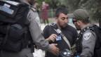 צלמי עיתונות מורחקים באלימות על-ידי שוטרים משטח פתוח בירושלים, 28.5.2014 (צילום: אקטיבסטילס)