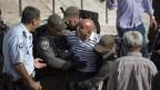 צלם הטלוויזיה הירדנית מורחק באלימות על-ידי שוטרים משטח פתוח בירושלים, 28.5.2014 (צילום: אקטיבסטילס)