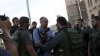 צלמי עיתונות מורחקים באלימות על-ידי שוטרים משטח פתוח בירושלים, 28.5.2014. בתמונה: צלם AP עודד בלילטי (צילום: טלי מאייר)