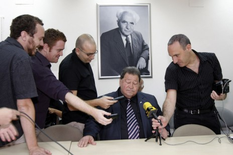 בנימין בן-אליעזר עם עיתונאים, אוקטובר 2009 (צילום: מרים אלסטר)