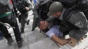 צלם הטלוויזיה הירדנית מורחק באלימות על-ידי שוטרים משטח פתוח בירושלים, 28.5.2014 (צילום: טלי מאייר)