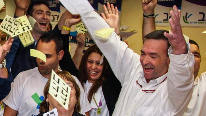 דני נישליס חוגג את נצחון סיעתו של יונה יהב בבחירות המקומיות בחיפה, 22.10.13 (צילום: אבישג שאר ישוב)