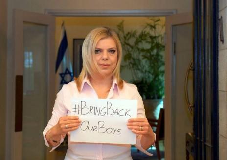 """תמונה מדף הפייסבוק """"Benjamin Netanyahu - בנימין נתניהו"""", עם הכיתוב: """"Sara Netanyahu the First Lady of Israel, the wife of Benjamin Netanyahu - בנימין נתניהו, sends a warm embrace to the families of Eyal, Gilad and Naftali. Sara says loud and clear: #BringBackOurBoys!!! #EyalGiladNaftali (תודה ללע""""מ על הצילום)"""", מדף הפייסבוק Benjamin Netanyahu - בנימין נתניהו"""