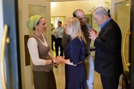 """ראש הממשלה בנימין נתניהו ורעייתו שרה במפגש עם משפחות הנערים החטופים במשרד ראש הממשלה בירושלים, 20.6.14 (צילום: קובי גדעון, לע""""מ)"""