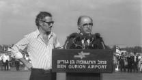 """ראש הממשלה מנחם בגין עם נקדימון במסיבת עיתונאים בשדה התעופה בן-גוריון, בחזרה מקמפ-דייוויד, 22.9.1978 (צילום: משה מילנר, לע""""מ. לחצו להגדלה)"""