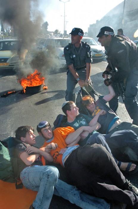 מפגינים נגד ההתנתקות חוסמים כביש בירושלים, 16.5.2005 (צילום: נתי שוחט)