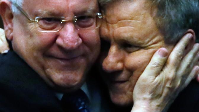 הנשיא הנבחר רובי ריבלין (משמאל) וחבר הכנסת מאיר שטרית שהגיע למקום השני בבחירות לנשיאות, עם הישמע התוצאות. 10.6.14 (צילום: מרים אלסטר)