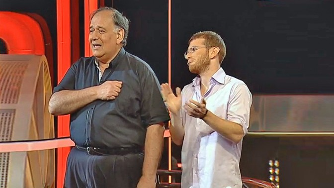 """ראש עיריית חיפה יונה יהב (משמאל) ודוברו עידו מינקובסקי, בשעשועון """"כלוב הזהב"""" ב""""רשת"""", מרץ 2013 (צילום מסך)"""