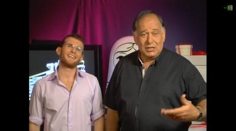 """ראש עיריית חיפה יונה יהב (משמאל) ודוברו עידו מינקובסקי בשעשועון """"כלוב הזהב"""" ברשת, מרץ 2013 (צילום מסך)"""