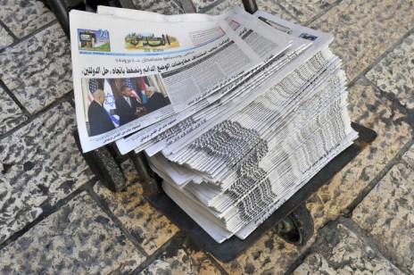 """חבילת עיתוני """"אל-קודס"""" (צילום: סרג' אטל)"""