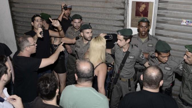 """שוטרי מג""""ב מפנים אירוע מחאה נגד """"לילה לבן"""". תל-אביב, 27.6.13 (צילום: תומר נויברג)"""